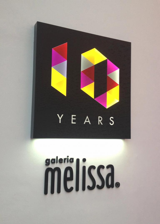 Luminoso Galeria Melissa - Laser Lab